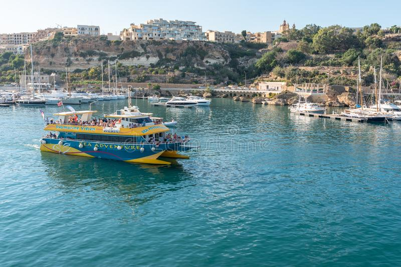 Barca turistica che esce il porto Gozo di Mgarr fotografia stock libera da diritti