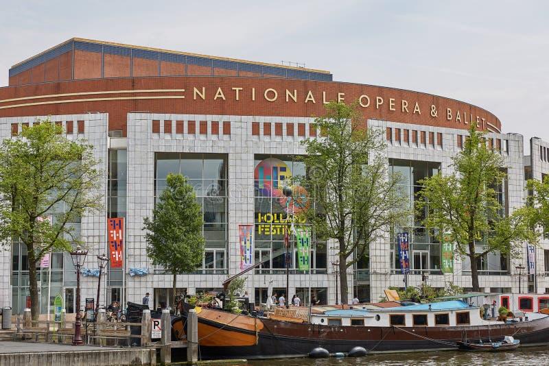 Barca turistica davanti all'opera & al balletto di Nationale a Amsterdam Paesi Bassi immagine stock