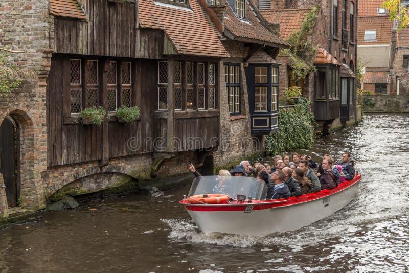 Barca turistica in pieno dei turists sul canale immagini stock