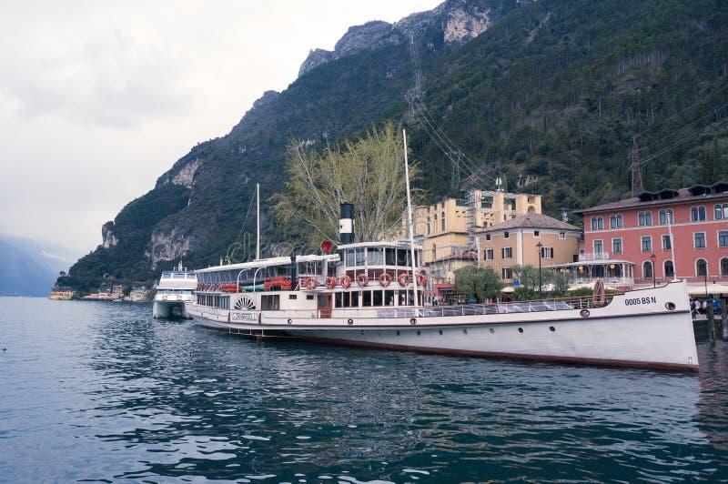 Barca turistica in polizia fotografia stock