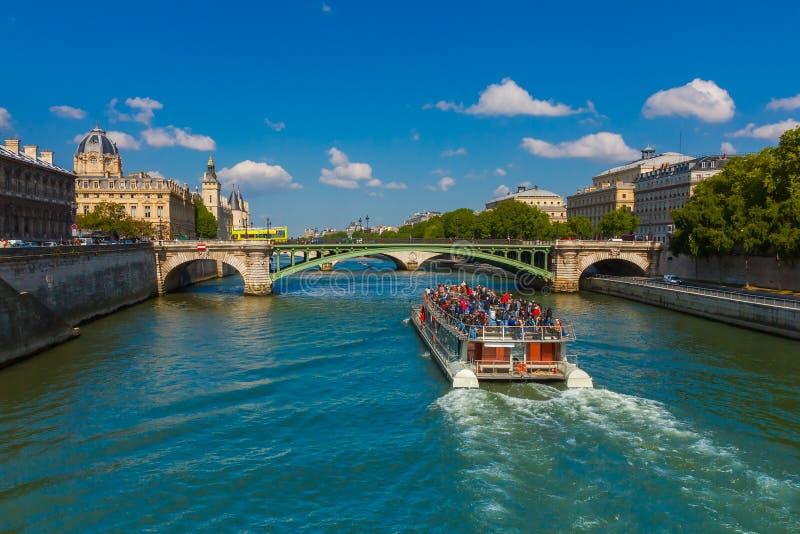 Barca turistica sul fiume la Senna a Parigi, Francia fotografie stock libere da diritti