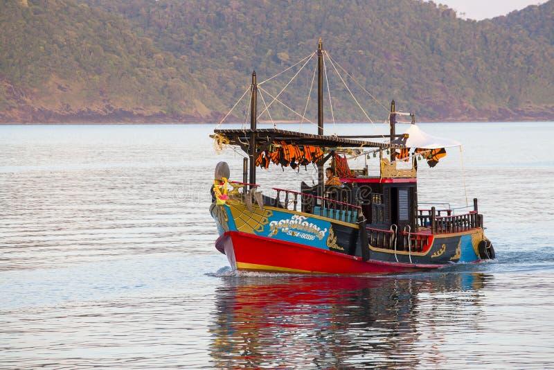 Barca turistica variopinta in acqua di mare vicino all'isola di Koh Chang, Tailandia fotografie stock libere da diritti