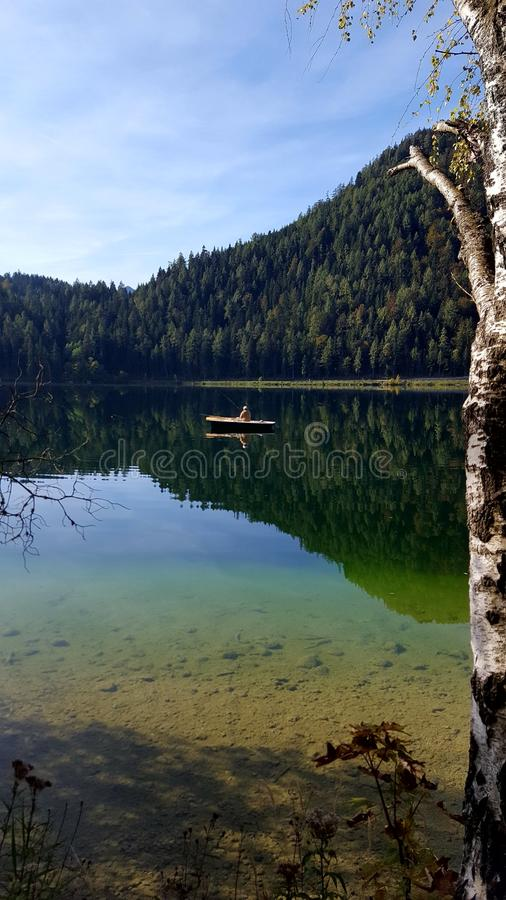 Barca in un lago fotografia stock
