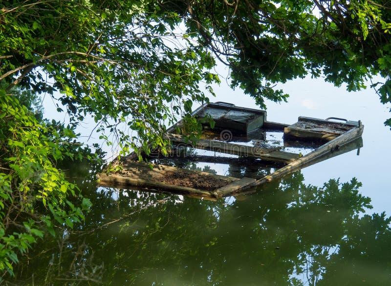 Barca vecchia d'affondamento in acqua tranquilla fotografie stock libere da diritti