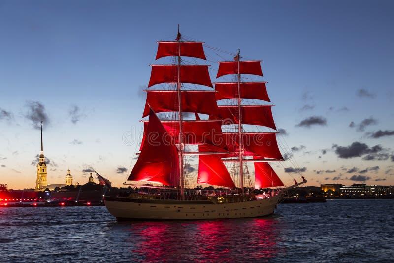 """Barca a vela """"Russia """"con il color scarlatto delle vele che galleggiano sul Neva Celebrazione annuale dei laureati a St Petersbur fotografia stock"""