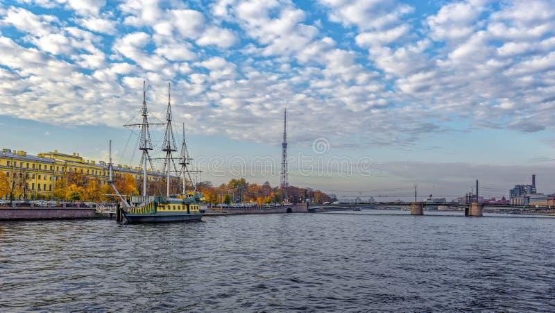 """Barca a vela """"Zabava """"(divertimento), barra di galleggiamento, attraccata sull'argine di Petrogradskaya a St Petersburg fotografia stock"""