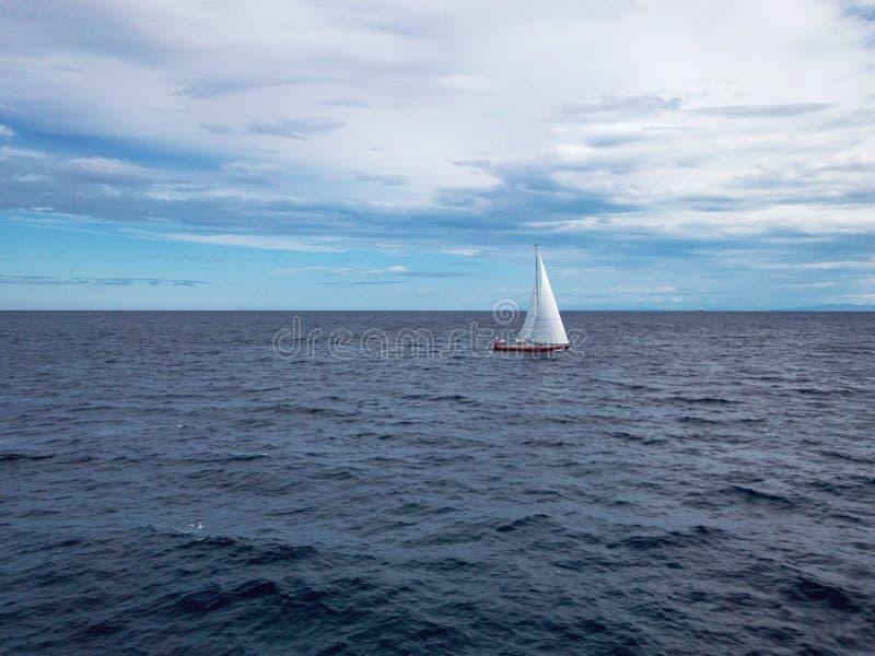 Barca a vela al mare immagini stock