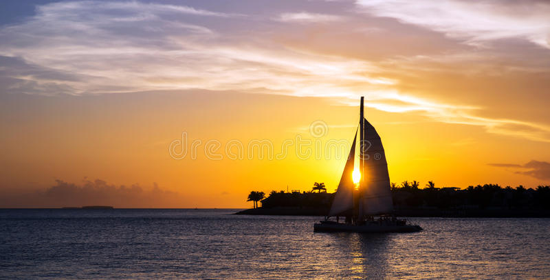 Barca a vela al tramonto immagini stock libere da diritti