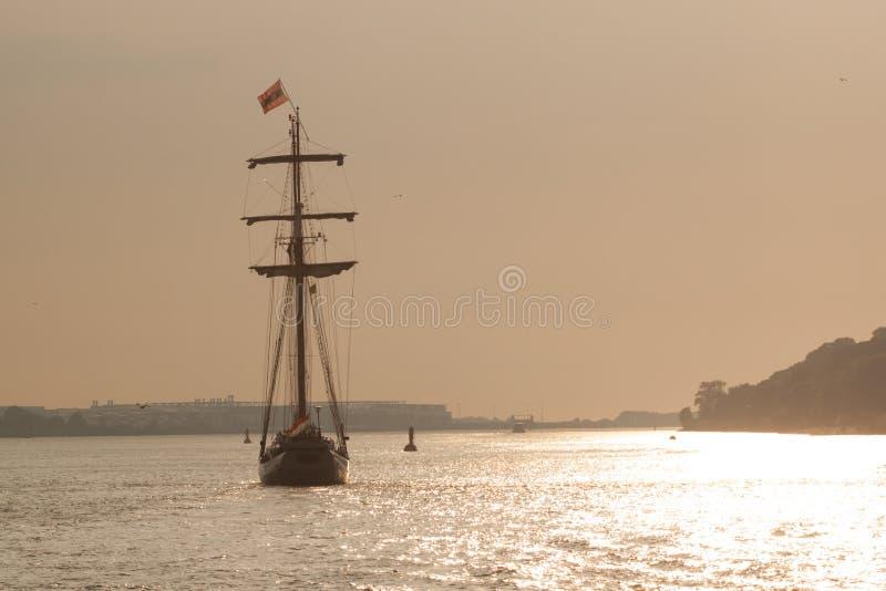 Barca a vela al tramonto, fiume di Amburgo fotografie stock