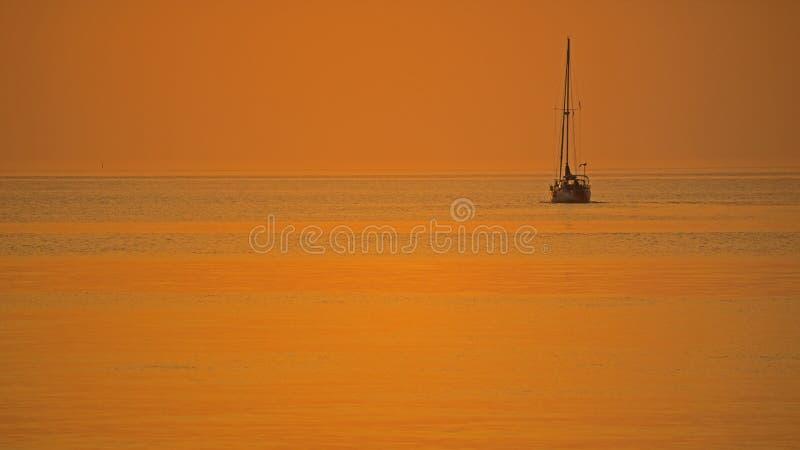 Barca a vela alla luce di primo mattino sul lago Ontario fotografie stock