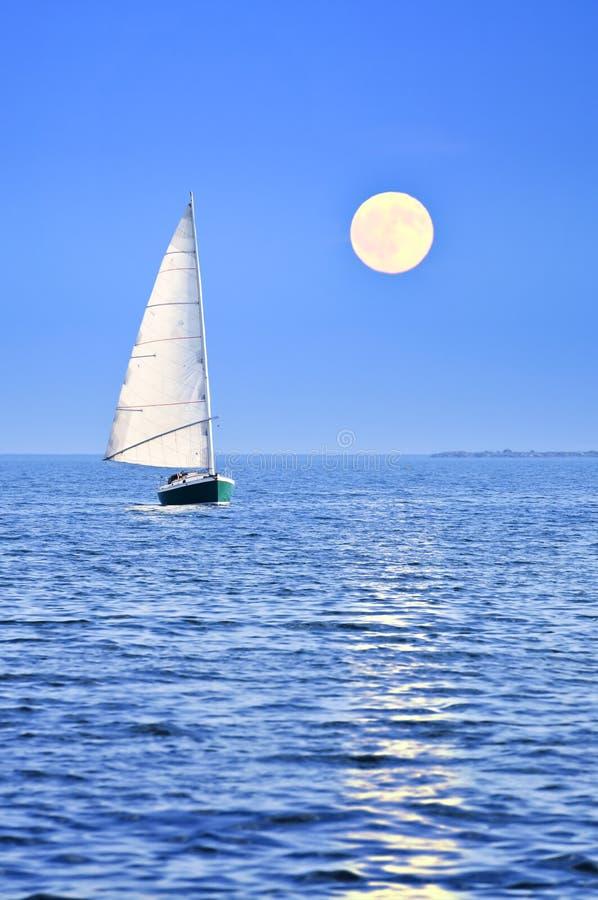 Barca a vela alla luna piena immagini stock