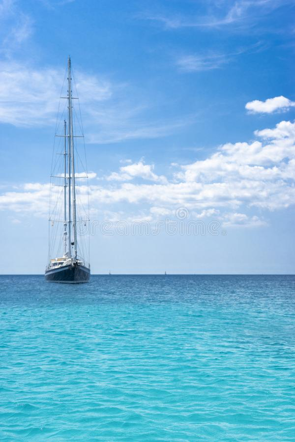 Barca a vela ancorata immagine stock libera da diritti