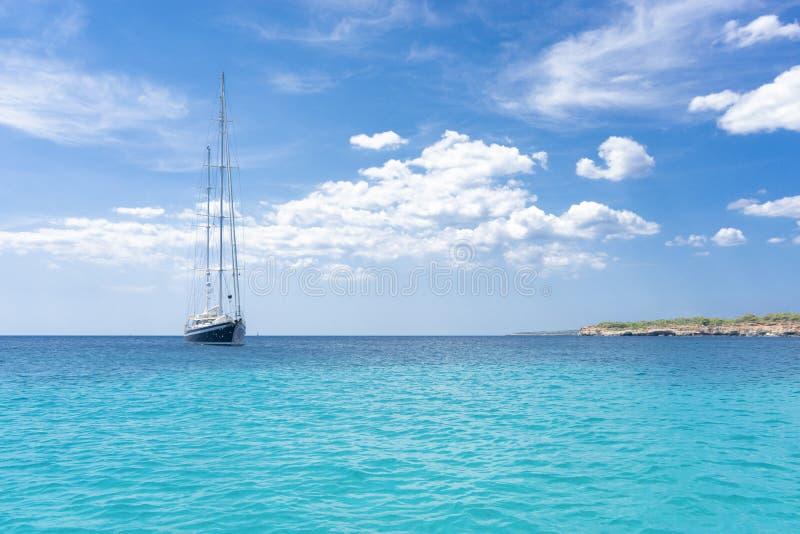 Barca a vela ancorata immagini stock