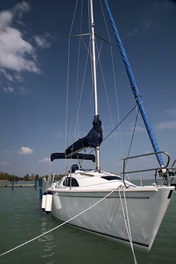 Barca a vela bianca nel porto immagine stock libera da diritti
