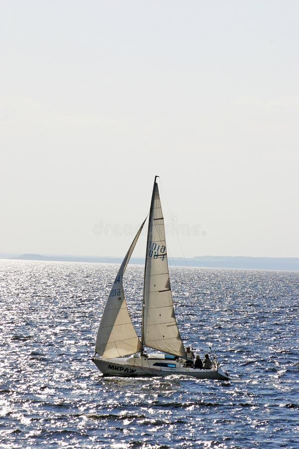 Barca a vela che cammina lungo il fiume Volga al sole immagine stock libera da diritti
