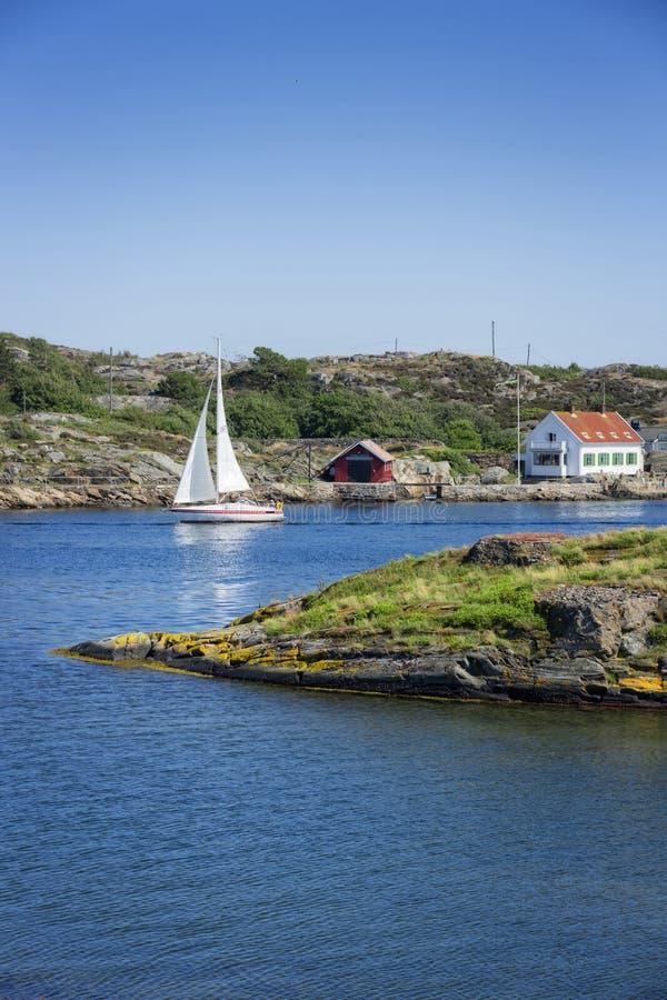 Barca a vela che saling in acqua blu immagini stock libere da diritti