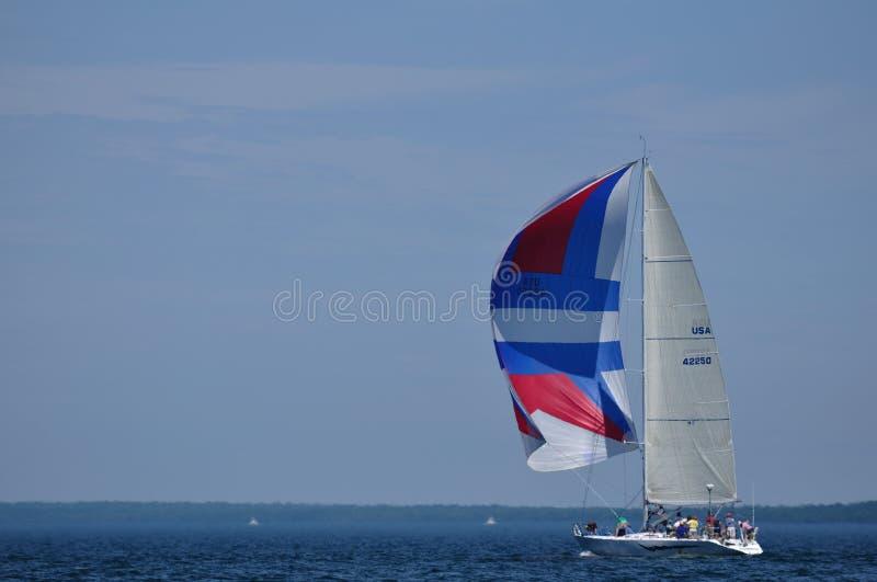 Barca a vela con la navigazione della vela di Spinaker in estate fotografia stock