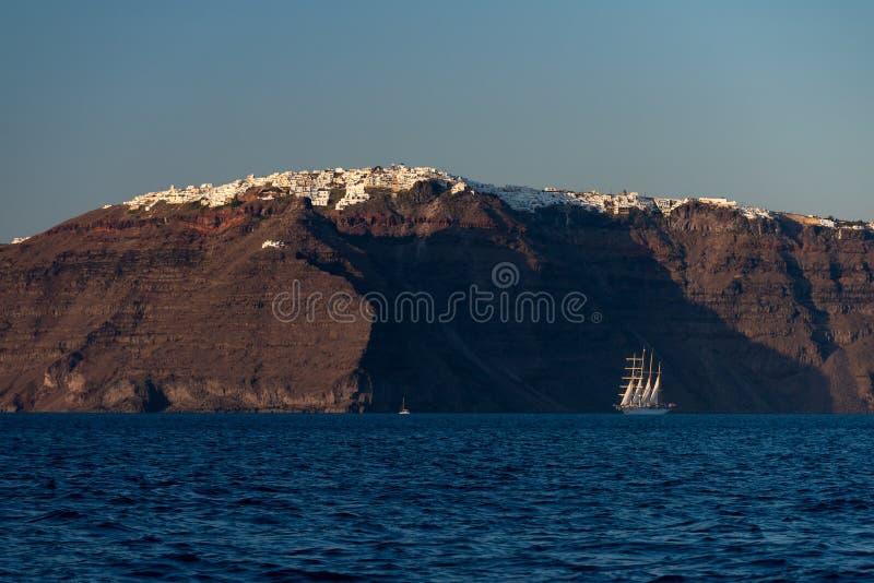 Barca a vela d'annata sull'isola di Santorini a tempo di tramonto fotografia stock libera da diritti