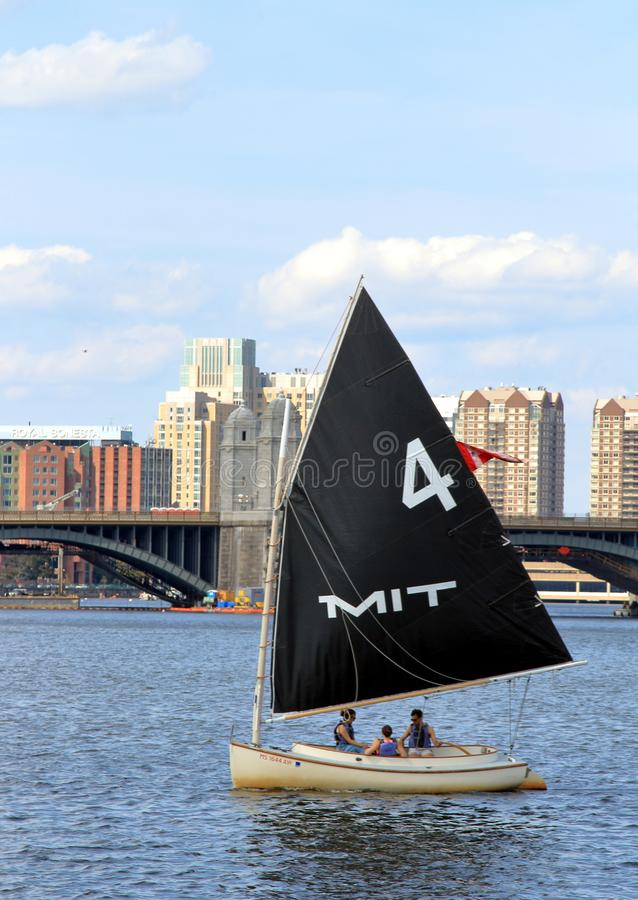 Barca a vela del MIT su Charles River a Boston, Massachusetts immagini stock