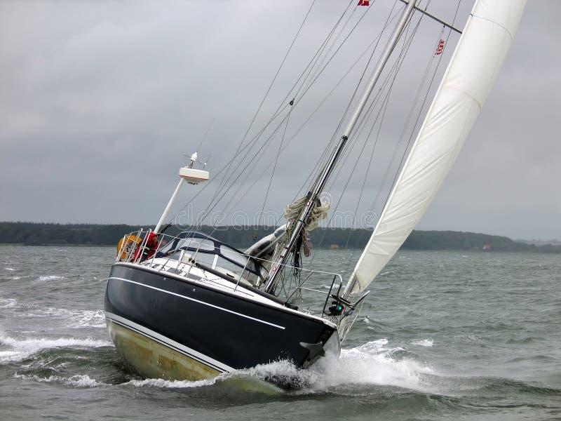 Barca a vela dell'yacht in una vela di inverno fotografie stock libere da diritti