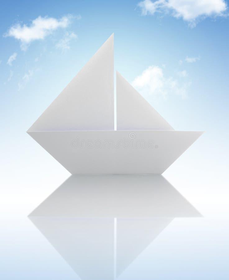 Barca a vela di carta di origami sotto il cielo fotografie stock