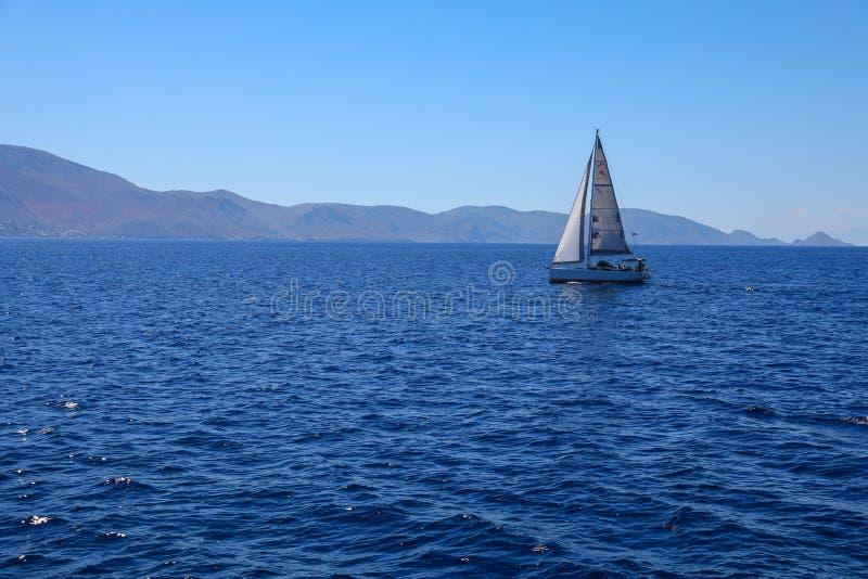 Barca a vela di giorno di estate che gira nel golfo di Saronic, Grecia fotografia stock libera da diritti