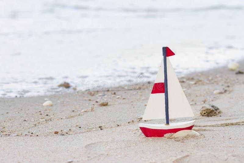 Download Barca a vela di legno fotografia stock. Immagine di isolato - 30829826