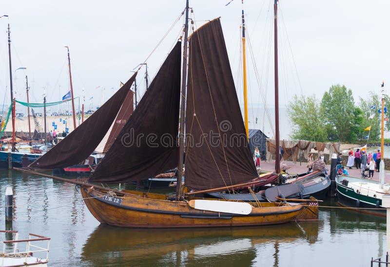 Barca a vela di legno in porto immagini stock libere da diritti
