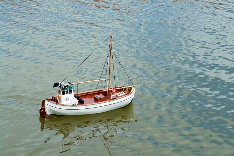 Barca a vela di modello telecomandata della scala fotografia stock
