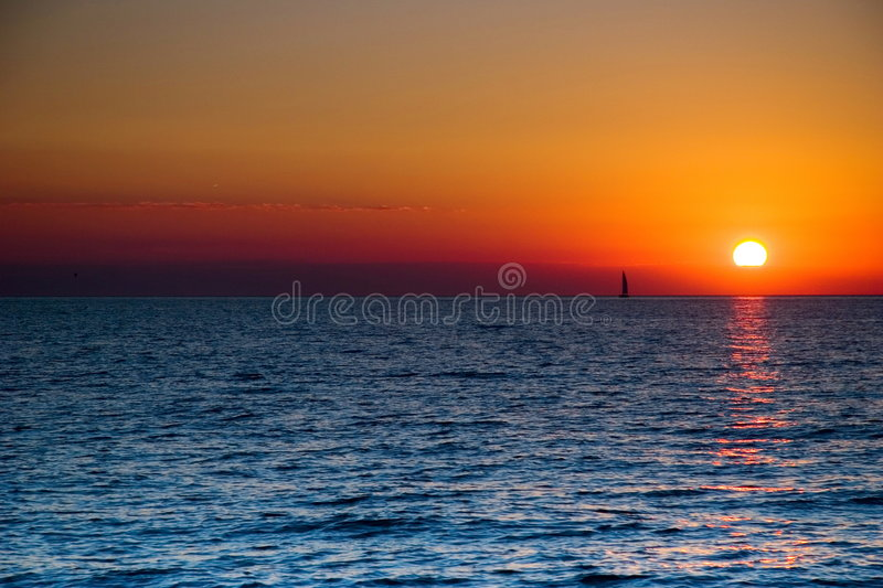 Barca a vela di tramonto immagini stock