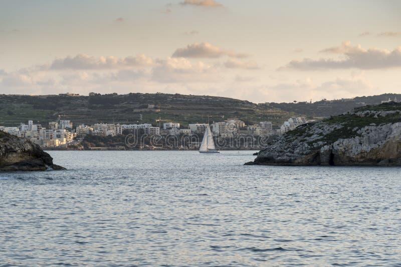 Barca a vela fra l'isola di St Paul e la st Pauls Bay Malta immagini stock