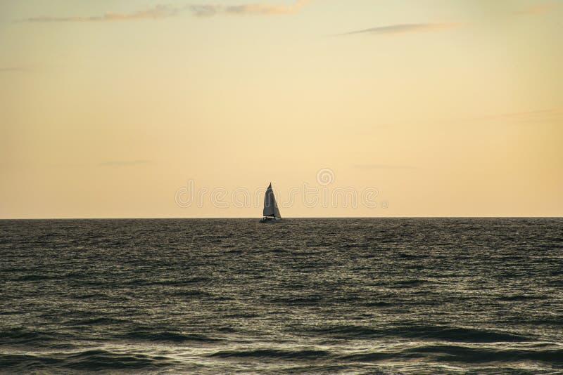 Barca a vela in mare fotografia stock libera da diritti