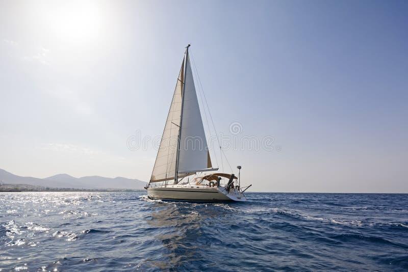 Barca a vela moderna al mar Egeo fotografie stock libere da diritti