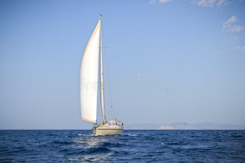 Barca a vela moderna al mar Egeo fotografia stock