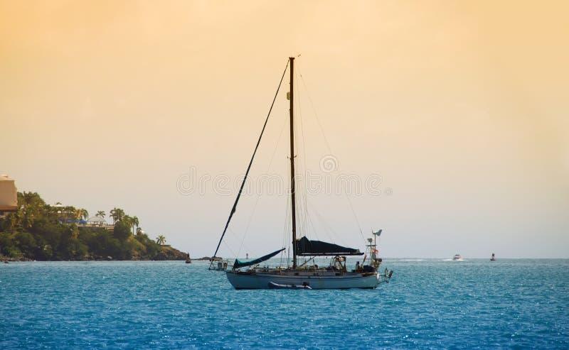Barca a vela nei Caraibi immagini stock libere da diritti