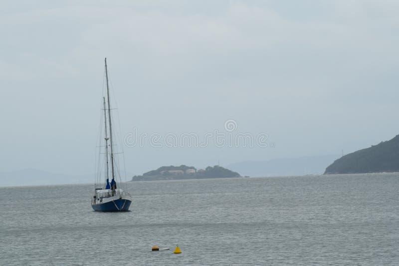 Barca a vela nel mare di Governador Celso Ramos immagini stock libere da diritti