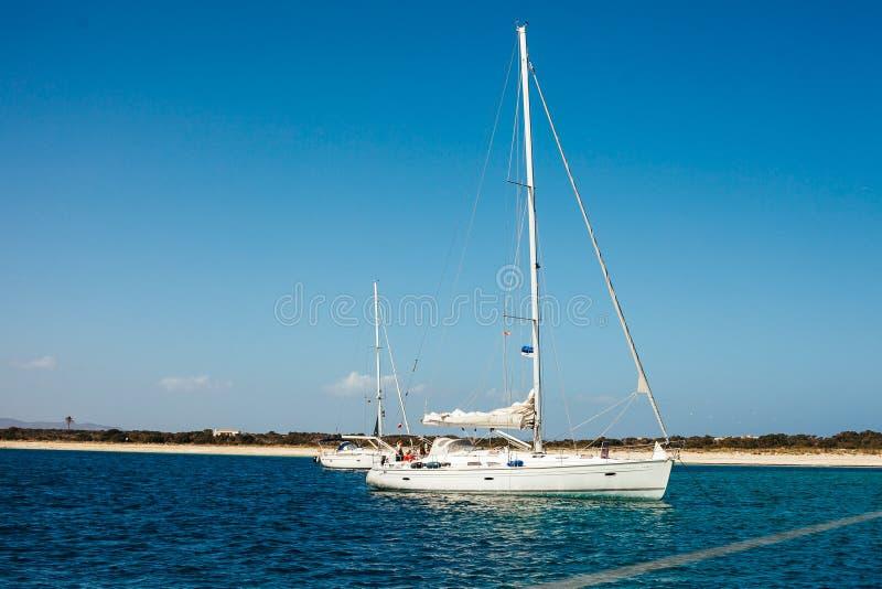 Barca a vela nell'azione sul mare immagine stock libera da diritti