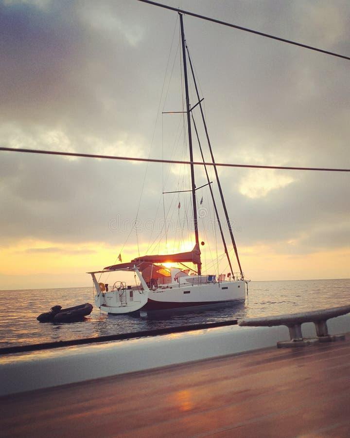 Barca a vela nella baia di Agrapidia, Paxos fotografia stock