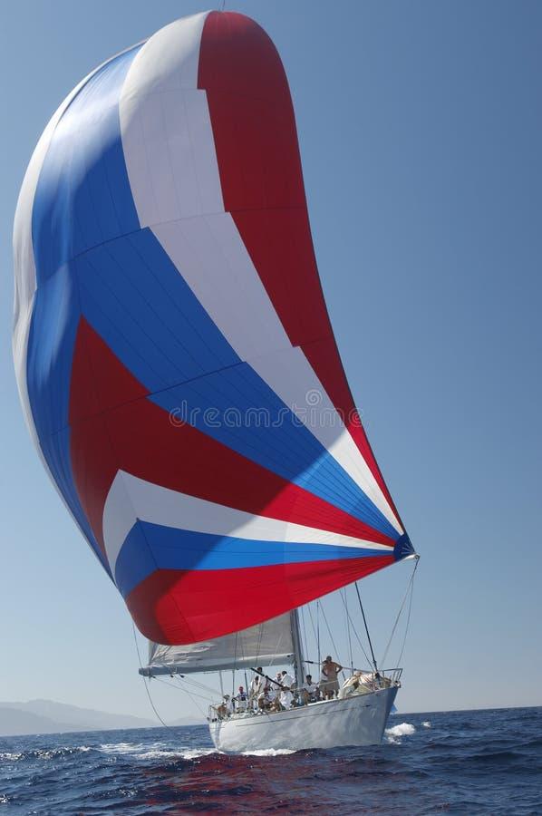 Barca a vela nella corsa di yacht fotografia stock libera da diritti