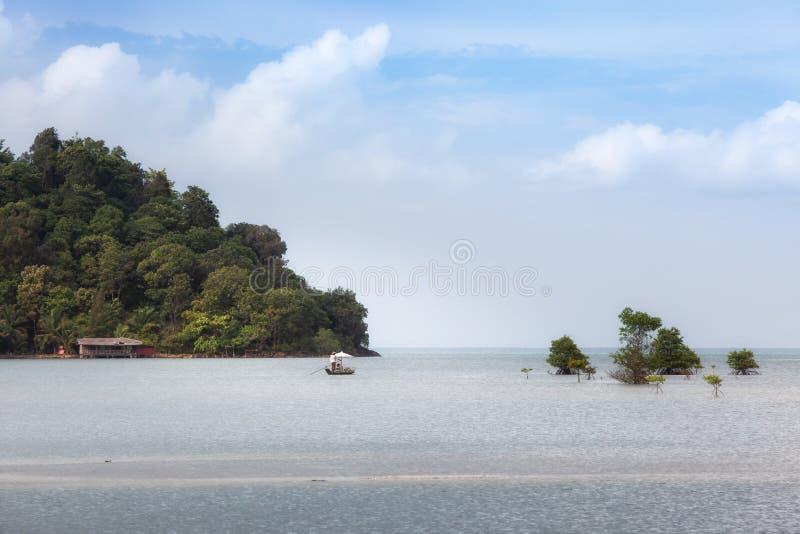 Barca a vela per il viaggiatore nella foresta della mangrovia all'isola di Koh Chang fotografia stock