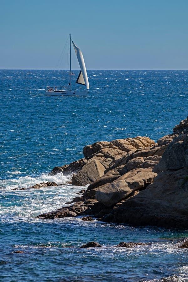 Barca a vela piacevole sull'oceano spagnolo in Costa Brava immagini stock