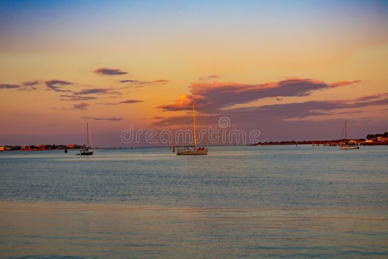 Barca a vela sul bello fondo di tramonto nella costa storica 3 di Florida immagine stock