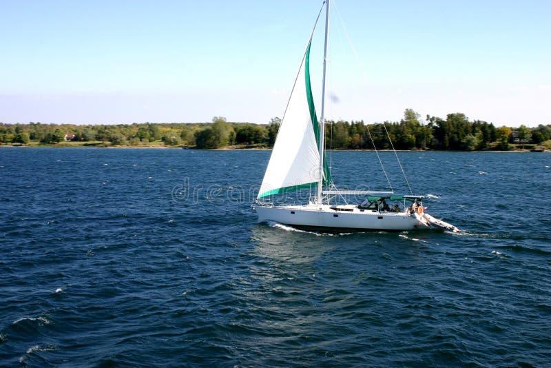 Barca a vela sul fiume fotografia stock libera da diritti