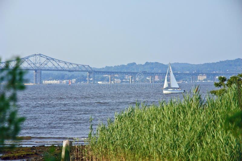 Barca a vela sul fiume di hudson immagini stock