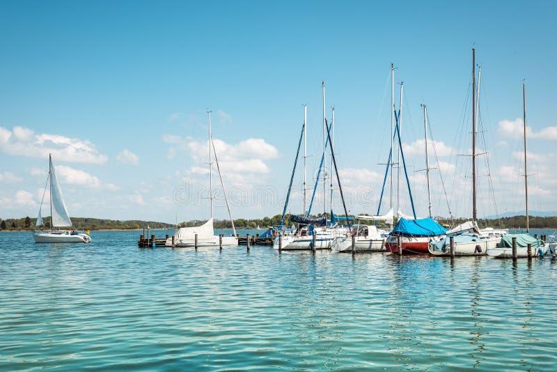 Download Barca a vela sul lago fotografia stock. Immagine di riflessione - 30827166