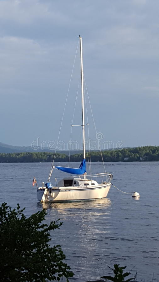 Barca a vela sul lago fotografie stock
