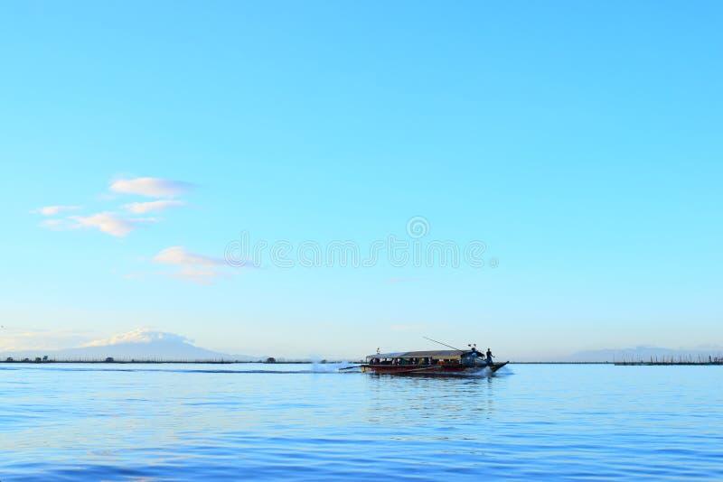 Barca a vela sul lago fotografia stock