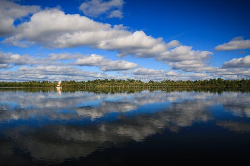 Barca a vela sul lago calmo scenico immagine stock libera da diritti