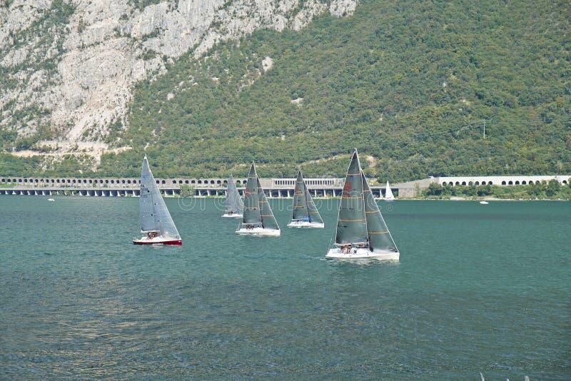 Barca a vela sul lago Como immagine stock libera da diritti