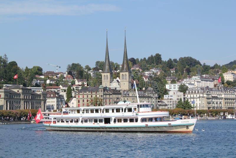 Barca a vela sul lago Lucerna fotografia stock libera da diritti